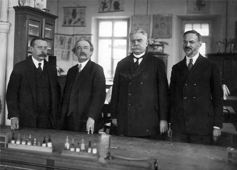 Profesorowie Wydziału Farmaceutycznego. Widoczni od lewej: Jan Zaleski, Władysław Mazurkiewicz, Bronisław Koskowski, Adam Koss. 1926, Narodowe Archiwum Cyfrowe